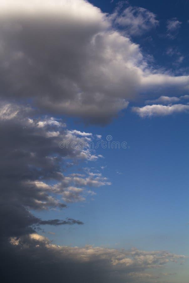 Dramatiska stormiga gråa moln med blå himmel royaltyfria bilder