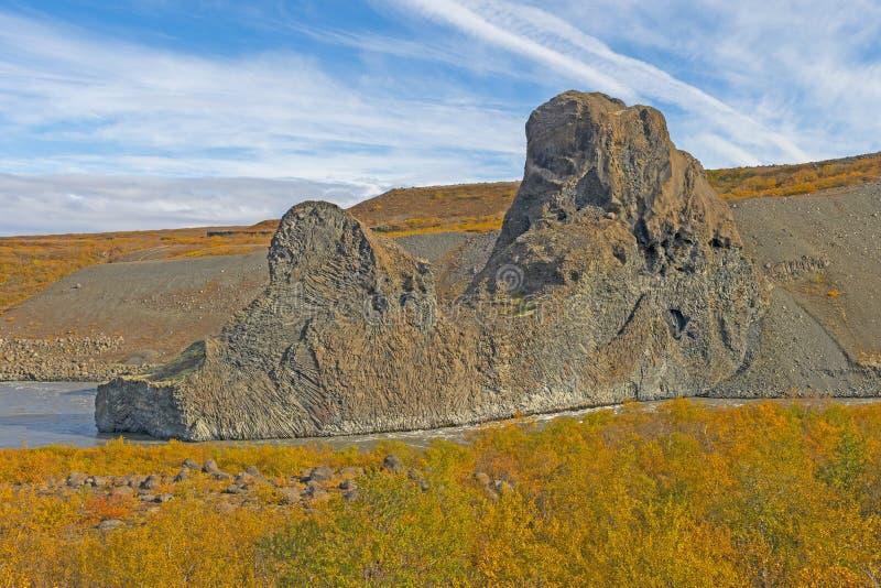 Dramatiska vulkaniska bildande bland nedgångfärgerna royaltyfria foton