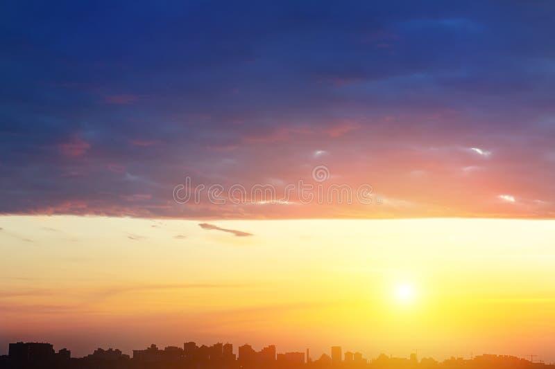 Dramatiskt färgrikt solnedgång- eller soluppgånghimmellandskap med linjen rad av stadsbyggnadskonturer Naturlig härlig cityscapeg royaltyfria foton