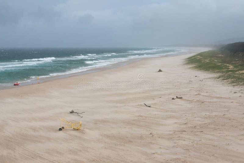 Dramatiskt landskap av stranden som sopas av vind fotografering för bildbyråer