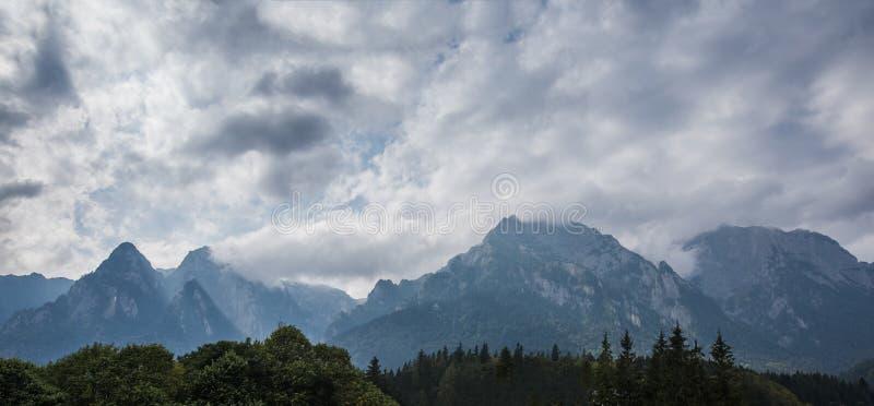 Dramatiskt panoramalandskap av molniga carpathians berg royaltyfri foto