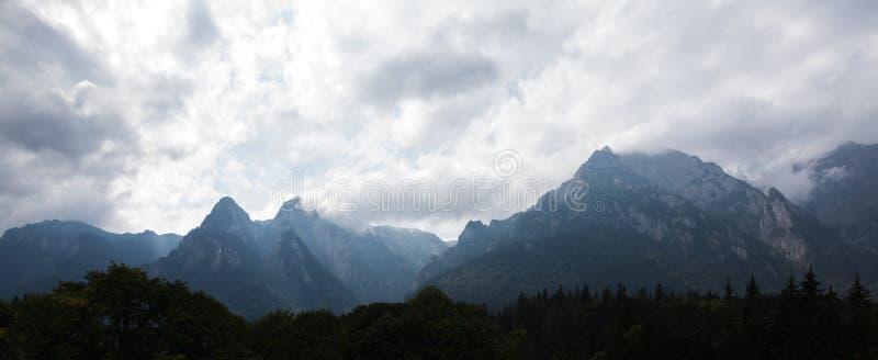 Dramatiskt panoramalandskap av molniga carpathians berg fotografering för bildbyråer