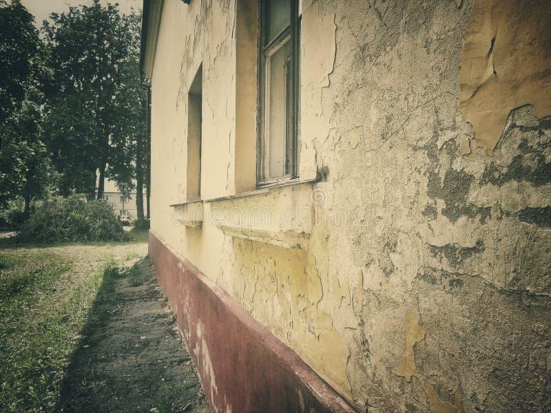 Dramatiskt tappningfoto av en gammal övergiven herrgård Hus med sp?karna royaltyfri foto