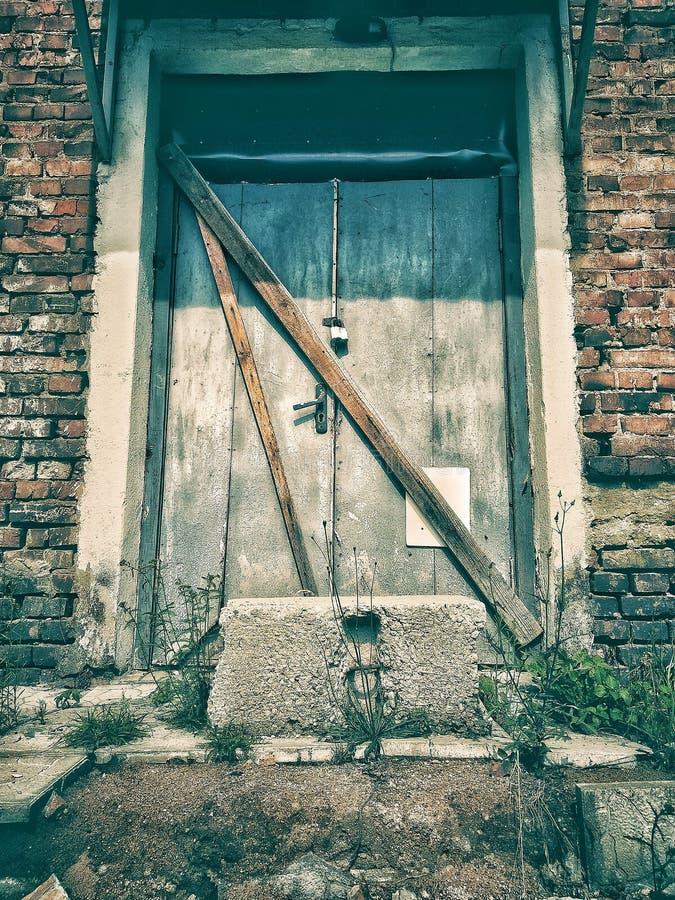 Dramatiskt tappningfoto av en gammal övergiven herrgård Hus med sp?karna fotografering för bildbyråer