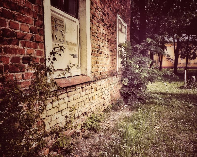 Dramatiskt tappningfoto av en gammal övergiven herrgård Hus med sp?karna royaltyfri bild