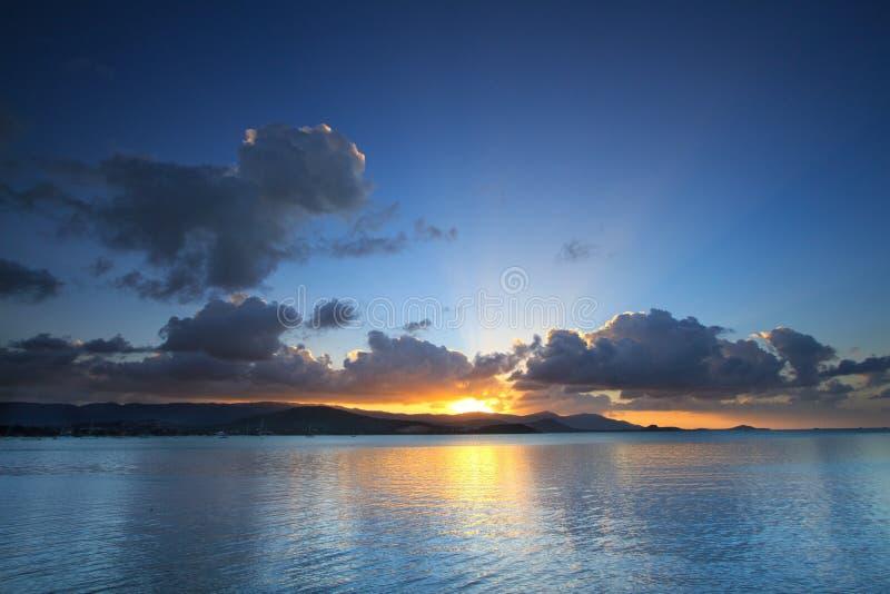 Dramatiskt tropiskt solnedgånghimmel och hav på skymning royaltyfri fotografi