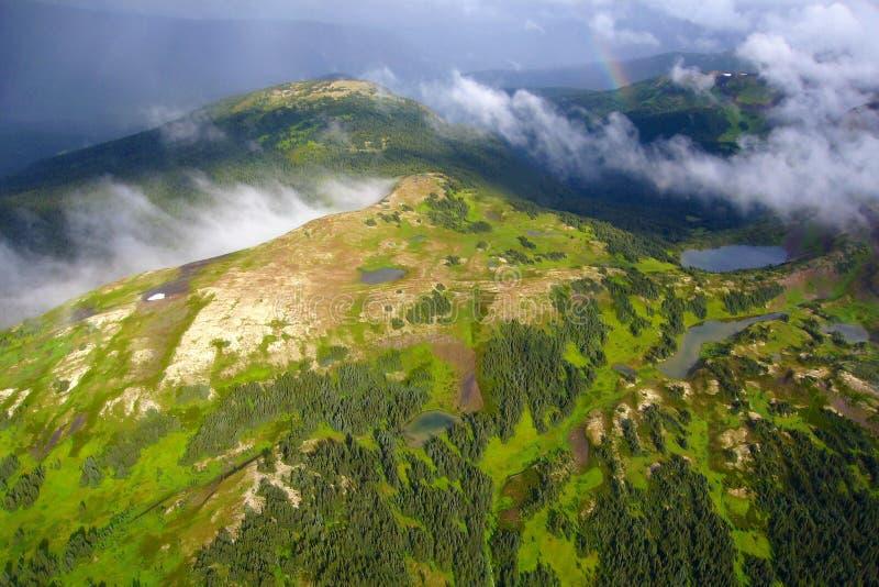 Dramatiskt väder på flyget över alpina ängar, Nass område av kustberg, nordliga British Columbia royaltyfria bilder
