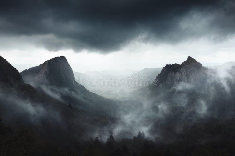 Dramatiskt väder på Sanadoire och Tuilière vaggar i det Auvergne landskapet - Frankrike royaltyfria bilder