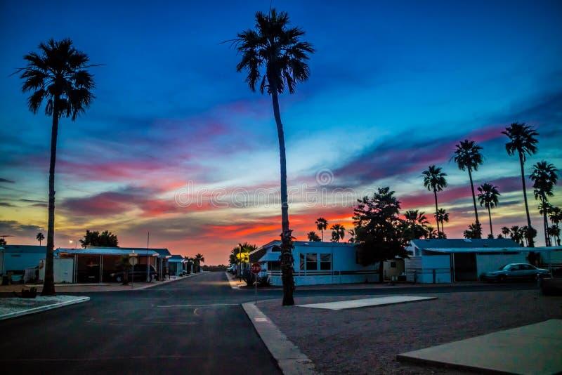Dramatiskt vibrerande solnedgånglandskap i den Apache föreningspunkten, Arizona fotografering för bildbyråer