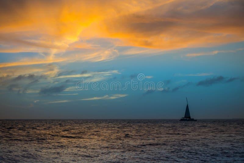 Dramatiskt vibrerande solnedgånglandskap i Key West, Florida royaltyfri foto