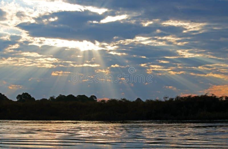 DRAMATYCZNA światła I chmury scena NAD KAVANGO rzeką fotografia stock