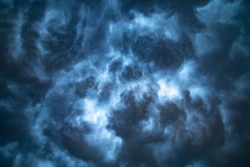 Dramatyczna burzowa cumulonimbus chmura podczas niebezpiecznej burzy zdjęcie stock