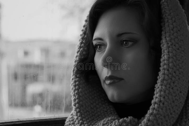 Dramatyczna czarno biały fotografia smutny kobiecy spojrzenie nadzieja zdjęcie stock
