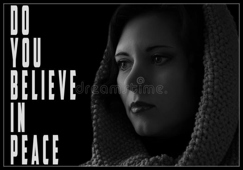 Dramatyczna czarno biały fotografia smutny kobiecy spojrzenie nadzieja, i zdjęcie royalty free