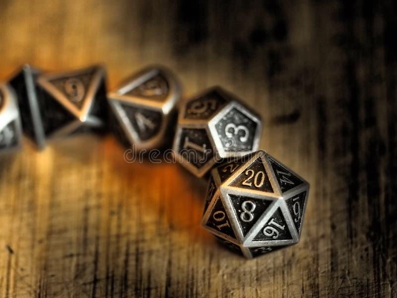 Dramatyczna kolejność metalowych grajÄ…cych dice zdjęcie stock