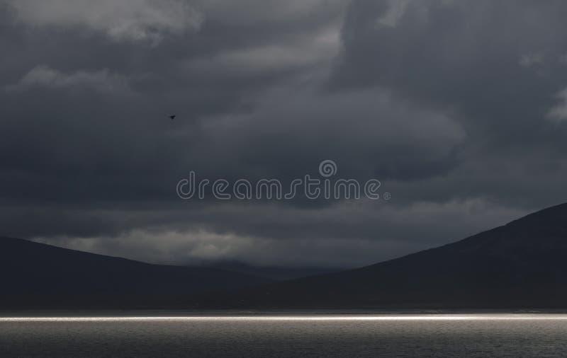 Dramatyczna krajobraz linia światło słoneczne na jeziorze, Sarek, Szwecja obrazy royalty free