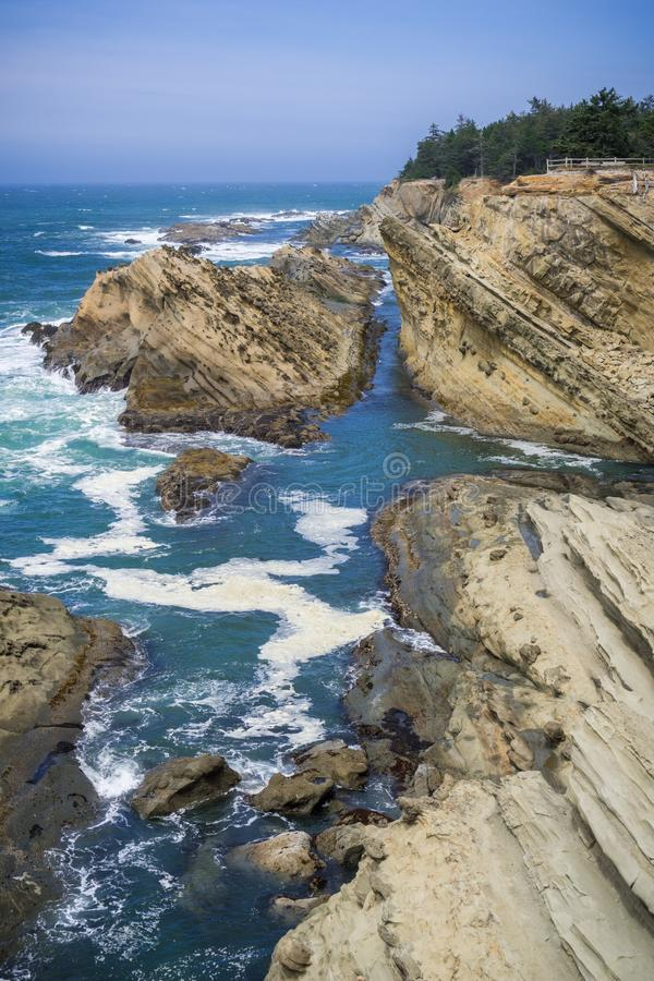 Dramatyczna linia brzegowa z dziwacznymi rockowymi formacjami obrazy stock