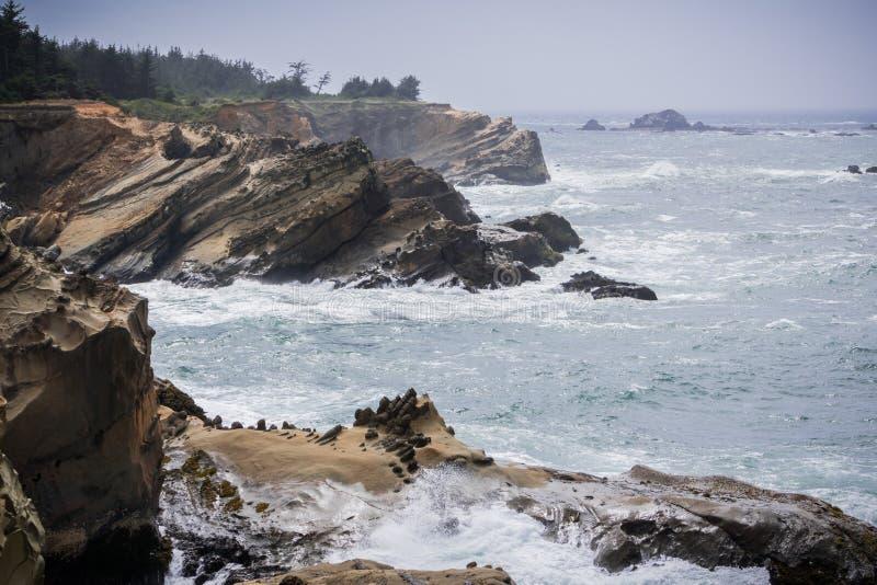 Dramatyczna linia brzegowa z dziwacznymi rockowymi formacjami zdjęcie royalty free