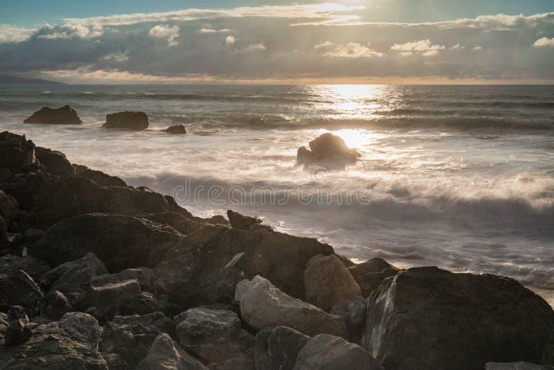 Dramatyczna markotna atmosfera na atlantyckiej linii brzegowej w wieczór lecie, Biarritz, France fotografia royalty free