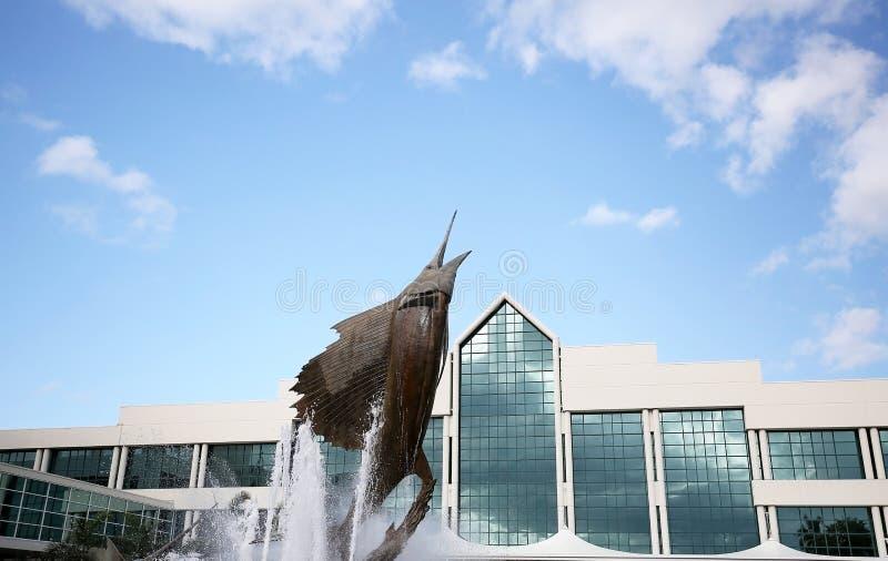 Dramatyczna sailfish statua przed Broward convention center zdjęcie stock