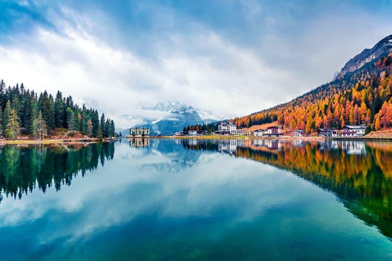 Dramatyczna scena poranna jeziora Misurina w Parku Narodowym Tre Cime di Lavaredo Fantastyczny krajobraz jesienny w Alpach Dolomi zdjęcia stock