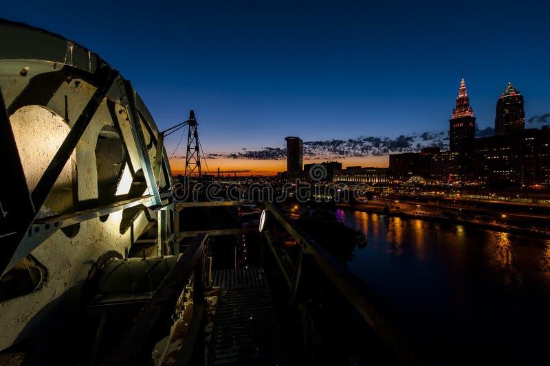 Dramatyczna W centrum linia horyzontu przy zmierzchem - Zaniechany Cuyahoga dźwignięcia Rzeczny most w Cleveland, Ohio fotografia stock