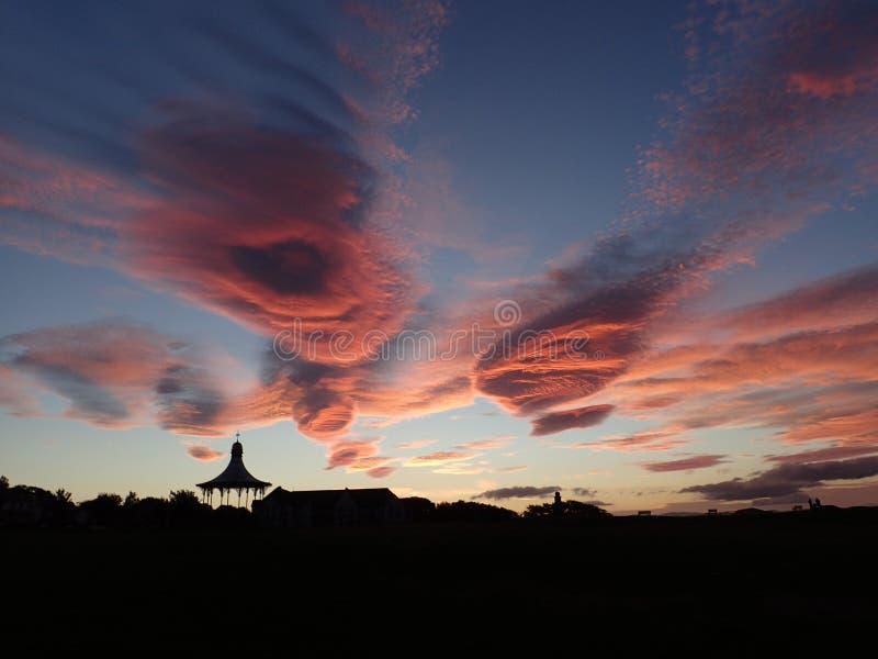 Dramatyczna zmierzchu & chmury formacja nad Nairn Łączy obraz royalty free