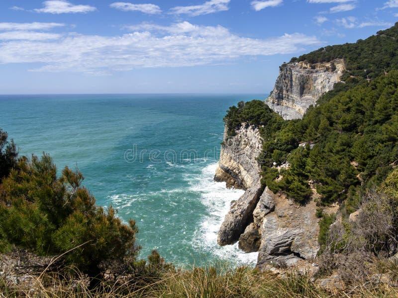 Dramatyczne Śródziemnomorskie falezy i linia brzegowa na Palmaria wyspie właśnie z Portovenere w losu angeles Spezia prowincji, L zdjęcie stock