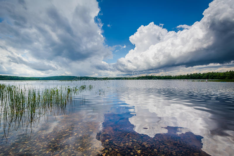 Dramatyczne burz chmury odbija w Massabesic jeziorze w Kasztanowym, zdjęcie stock