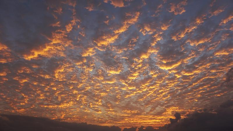 Dramatyczne chmury i niebo kolorów abstrakta tło obrazy stock