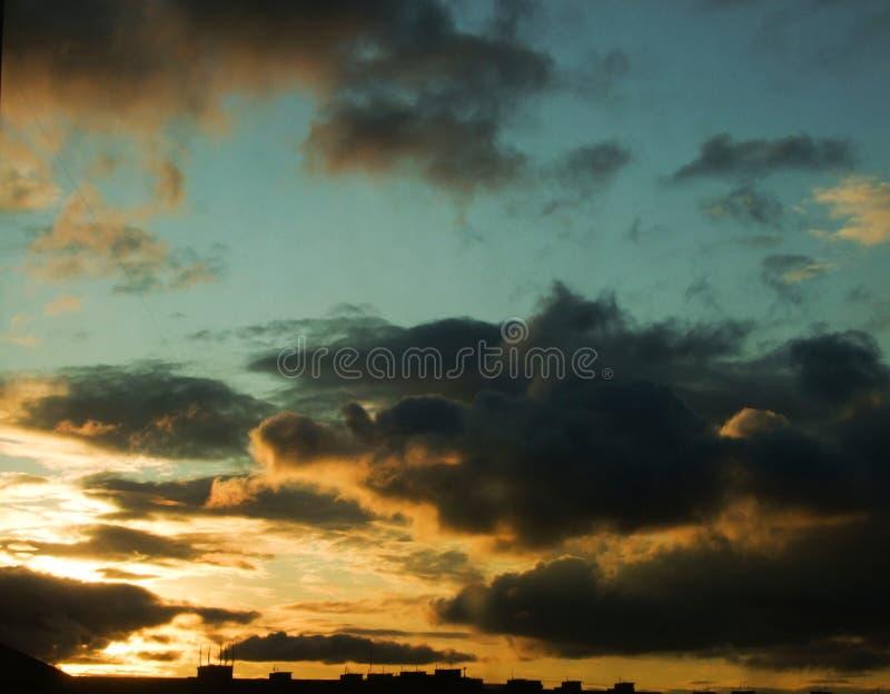 Dramatyczne chmury nad miastem piękny zachód słońca obrazy stock