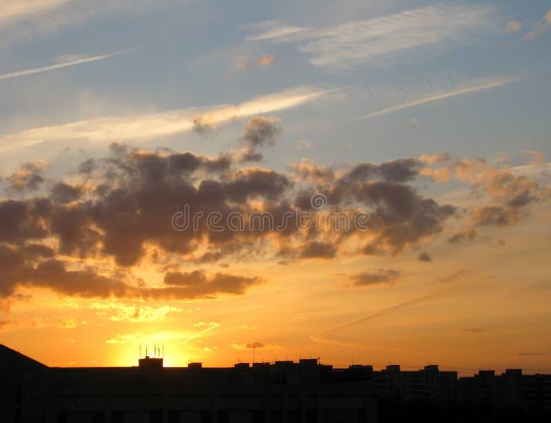 Dramatyczne chmury nad miastem piękny zachód słońca fotografia royalty free