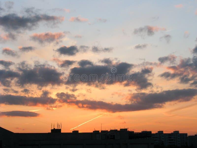 Dramatyczne chmury nad miastem piękny zachód słońca obrazy royalty free