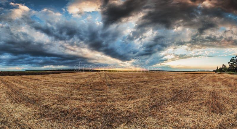 Dramatyczne chmury nad polem po żniwa fotografia stock