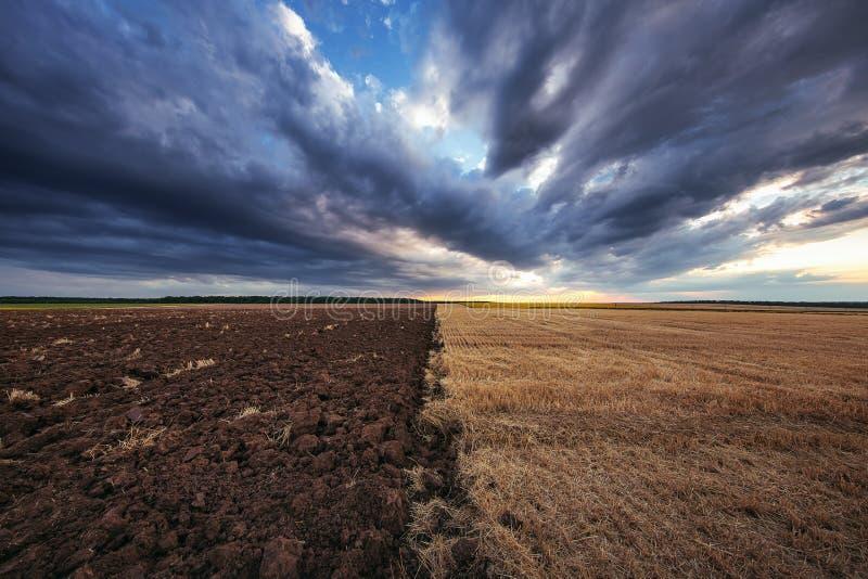 Dramatyczne chmury nad polem po żniwa fotografia royalty free
