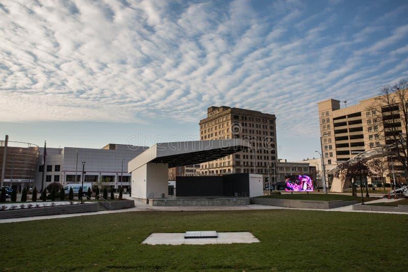 Dramatyczne chmury Nad W centrum Dayton, Ohio obrazy stock