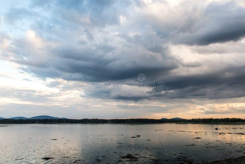 Dramatyczne chmury oceanem przy zmierzchem fotografia royalty free