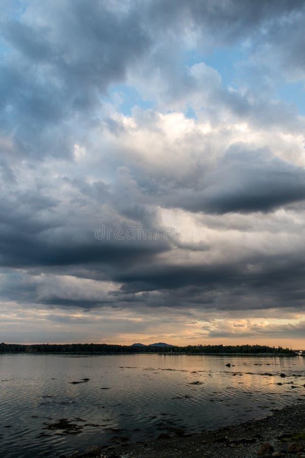 Dramatyczne chmury oceanem przy zmierzchem fotografia stock