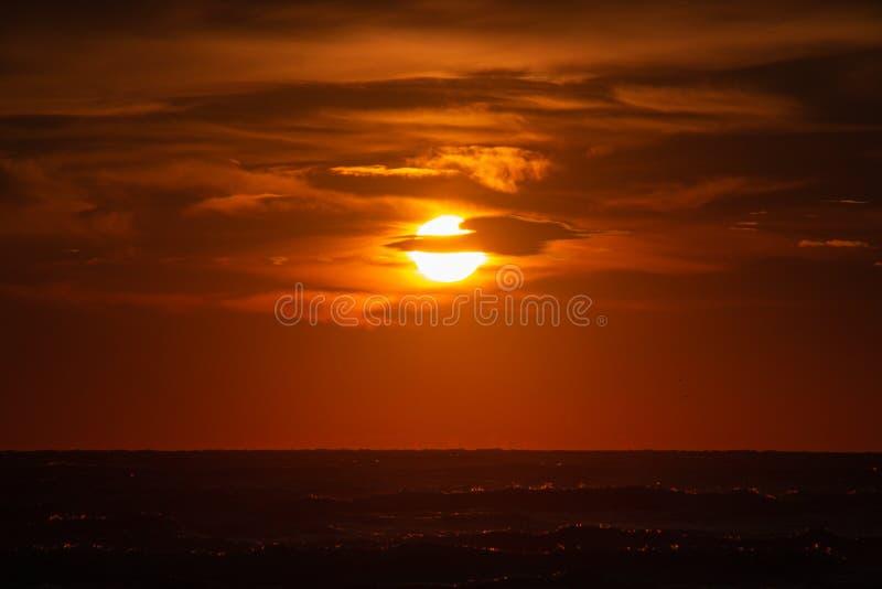 Dramatyczne chmury pomarańczowe podczas wschodu słońca oceanu na plaży Rivazzurra Rimini/Włochy obraz stock