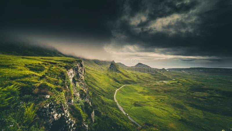 Dramatyczne Dżdżyste chmury nad Szkockimi średniogórzami w wyspie niebo fotografia royalty free