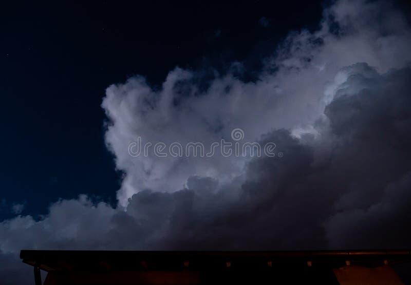 Dramatyczne duże chmury przy nocnym niebem z gwiazdami obrazy stock