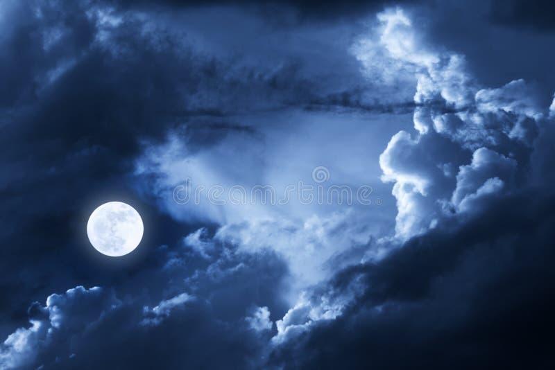 Dramatyczne Nighttime chmury, niebo Z Piękną Pełną Błękitną księżyc i obrazy royalty free