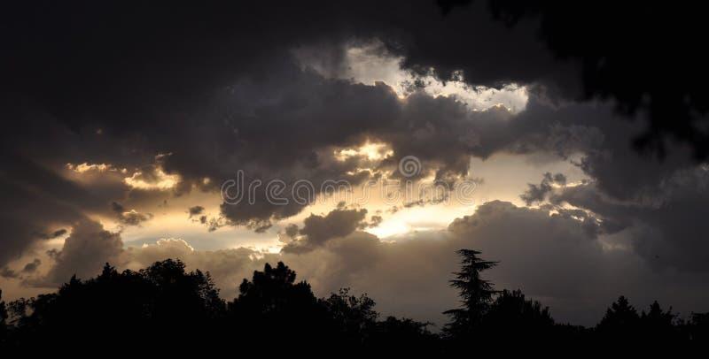 Dramatyczne późne popołudnie chmury zdjęcie royalty free