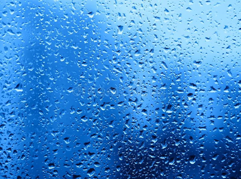 Dramatyczne podeszczowe krople woda na nadokiennego szkła tle zdjęcia royalty free
