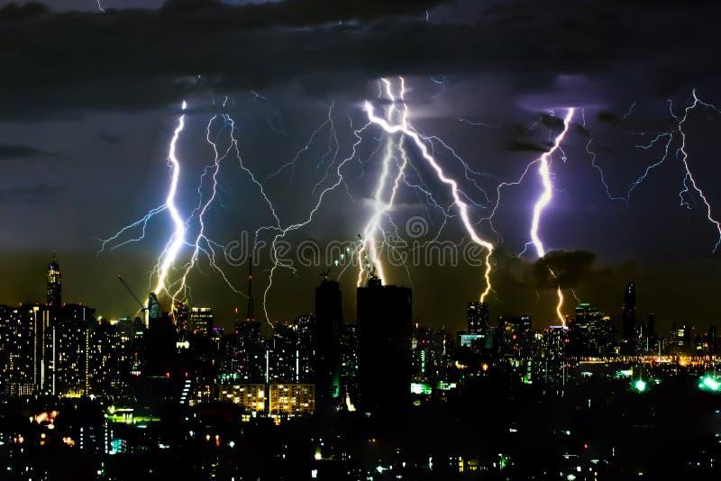 Dramatycznej grzmot burzy błyskawicowy rygiel na horyzontalnym nieba i miasta głąbiku obrazy stock