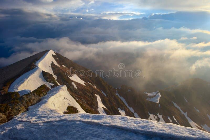 Dramatyczny światło w Karpackich górach, wczesna wiosna fotografia royalty free