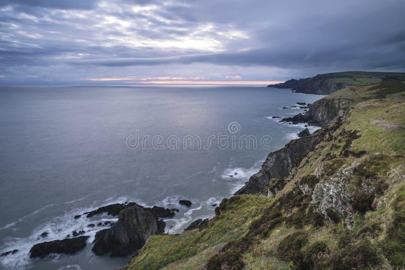 Dramatyczny burzowy wschodu słońca krajobraz nad byka punktem w Devon Engla fotografia royalty free