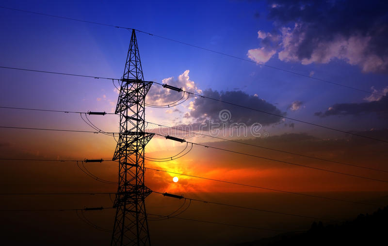 Dramatyczny chmury niebo i elektryczny wierza obraz stock