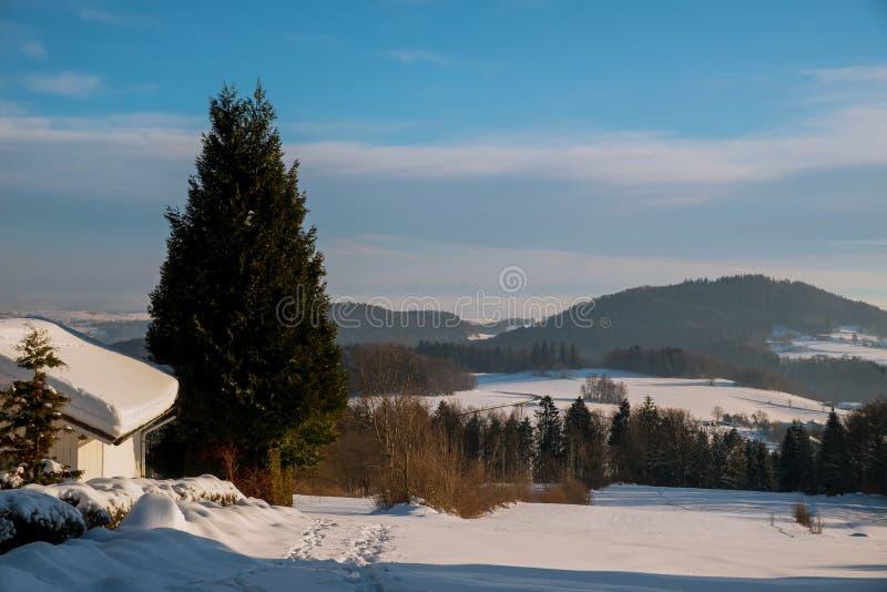 Dramatyczny chmurzący niebo zimy fantastyczny krajobraz zdjęcia stock