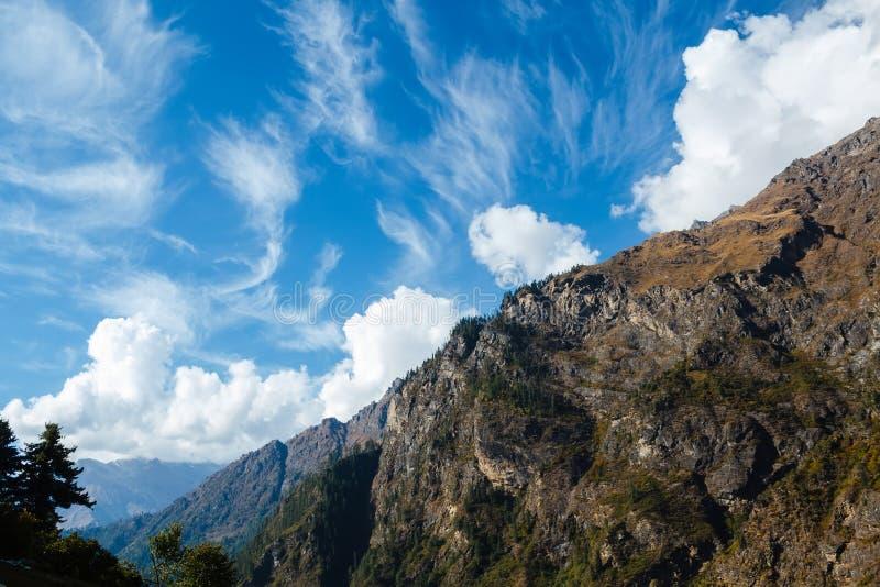 Dramatyczny cloudscape w himalajskich górach zdjęcia royalty free